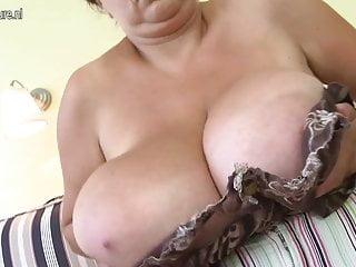 Enorme mamma dal seno grande che gioca con se stessa