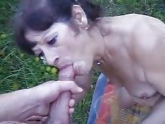 Kertben szopta le fia farkát a kiéhezett amatőr anyuka