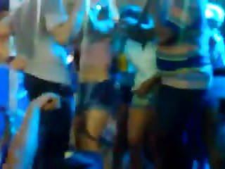 Ces danseuses en short jeans bougent bien leur petit cul !