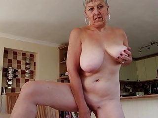 Sexy nonna con grandi tette e fica affamata