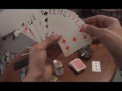 Laure interrompt la partie de carte de carte pour baise