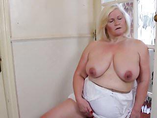 Grande nonna con la vecchia grande vagina assetata