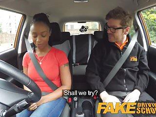 Fake Driving School studente di ebano con grandi tette