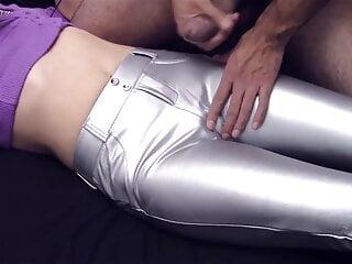 Fetichiste de pantalons sexy – Il gicle sur sa copine