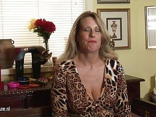 Calda mamma americana cougar si masturba mentre parla al telefono