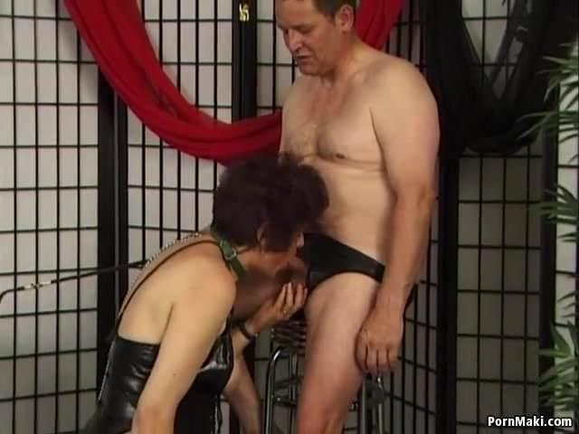 Perverz anyuka bőrszerkóban szopja le a fiát szex videó