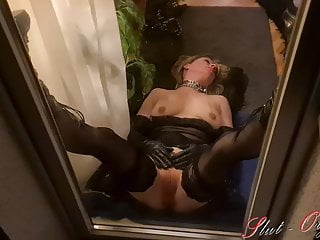 Slut-Orgasma Celeste behind a window throating masturbating