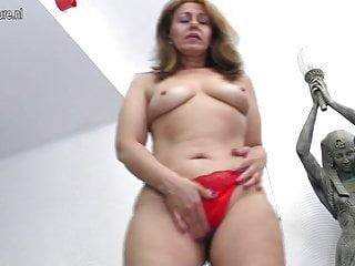 La casalinga sporca MOM si bagna con il suo dildo