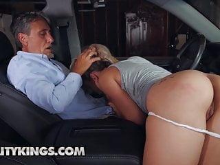 jovencita cogiendo arriba del auto
