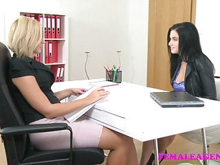FemaleAgent Tettona bellezza scopata con dildo