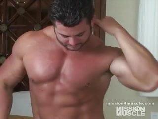 Bodybuilder gay...
