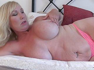 Grande bella mamma con super tette e fica bagnata