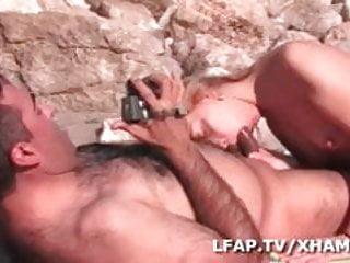 Sexe sauvage pour cette blonde aux petits seins