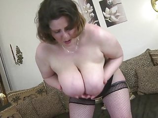 MILF matura sexy con grandi tette cadenti e vagina affamata