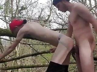 سکس گی فوق العاده در جنگل عضلات انجمن Twink کلوخه فیلم های HD و شوهر آماتور بی زین مقعد