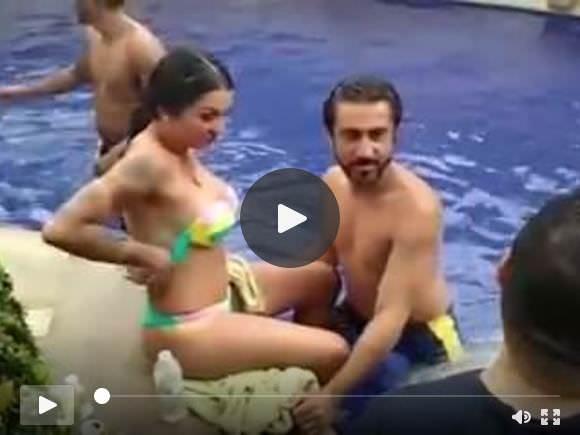 टॉपलेस विदेशी लड़की के साथ पंजाबी पूल पार्टी
