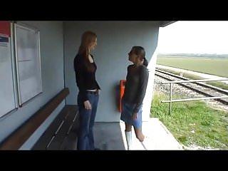 Zwei Lesben lecken sich die Spalten am Bahnhof!