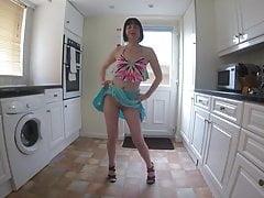 Echtgenote doet een sexy dans in de keuken