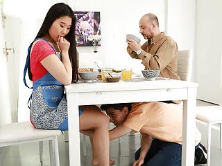 Mladík pretiahne ázijskú nevlastnú sestru