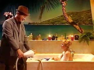 Hausmeister Krause mit der Vollbusigen Blondine in der Wanne