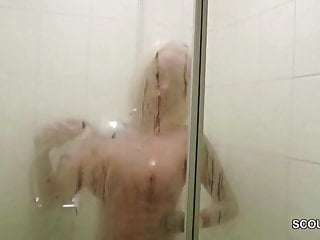 Mamma tettona tedesca catturata amica del figlio e scopata in doccia