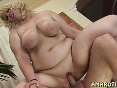 Molett anyuka szeret a fiával szexeleni