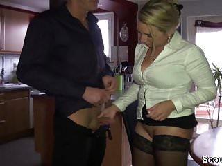 La mamma tedesca con grandi tette naturali seduce il fratellastro a scopare