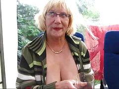 Bea Praesentiert Ihre Prachtfotze Im Garten