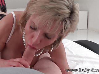 La MILF Lady Sonia si spoglia e succhia il cazzo degli intrusi