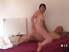 Amateur French mom seduces and gives her ass to a young guy