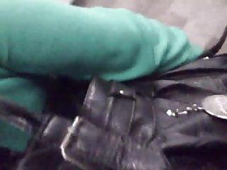 Tocando una nalga saliendo del metro
