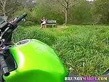 brunoymaria Maria pajeandose en el campo con chicos mirones