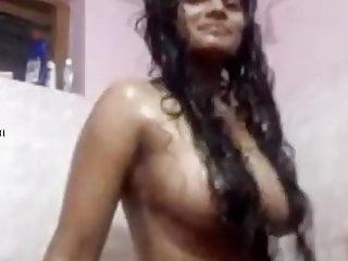 Desi slut bathes and records her own clip