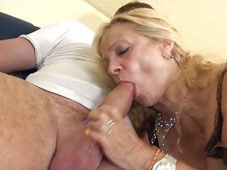 La nonna tettona prende il giovane cazzo grasso
